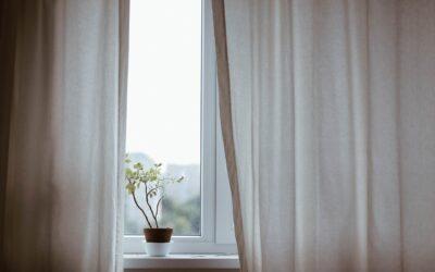 Sai come eliminare gli aloni e le difficili macchie gialle dalle tende di casa?